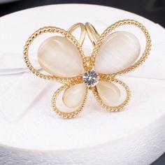 Luxusná brošňa v tvare motýľa s opálovými v zlatej farbe