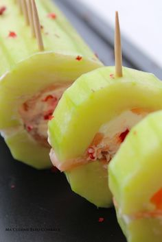 Sucettes Concombre & Saumon ★ 1 concombre + 2/3 tranches saumon fumé + 150gr fromage frais + œufs de lompe rouges ou noirs. 20(+) pics apéritifs. Ajouter baies roses ou paprika.