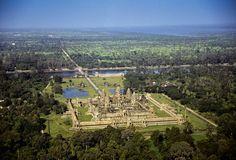 Vista aérea de Angkor Wat, el templo hinduista construido por el rey jemer Suryavarman II a mediados del siglo XII.