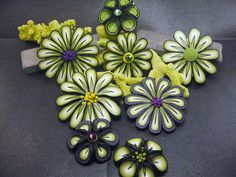 clay flowers, not a tutorial but a great idea for necklaces and brooches and embellishments for frames Polymer Clay Canes, Polymer Clay Flowers, Polymer Clay Projects, Polymer Clay Creations, Polymer Clay Beads, Clay Crafts, Quilling Flowers, Clay Figures, Handmade Flowers