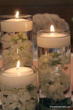 piedras, flortes, velas blanco: centro de mes