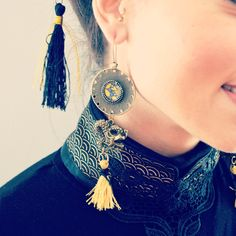 Boucles d'oreille ethniques dragons et pompons dorés en laiton couleur bronze, médaillons illustrés japonais. : Boucles d'oreille par mes-tites-lilis