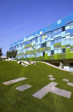 """Voilà une très bonne idée pour que l'architecture se """"fonde dans le paysage"""". Par Wow Architects."""