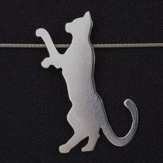 Exklusiv für die neoomi KunstKatzen Ausstellung 2015 entstand in Zusammenarbeit mit der diplomierten Schmuckdesignerin Bettina Jungrichter eine Kollektion exquisiter Schmuckstücke für Katzenliebhaber. (Kettenanhänger Fynn)