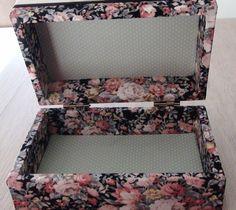 Caixa em MDF forrada com tecido 100% algodão. Detalhes em fita de gorgurão e cetim.
