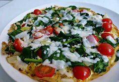 Omelet met spinazie en tomaatjes Omelet met spinazie en tomaat♥ Ingrediënten (per persoon) • 3 eieren • 2 flinke handen spinazie • 1 kleine ui • een flinke hand cherrytomaatjes • +- 20g kaasvlokken van kaas naar keuze (ik gebruikte geitenkaas), of 20g geraspte kaas • Italiaanse kruiden, of andere kruiden naar keuze Bereiding Breek de eieren in een kom en klop deze door elkaar met een vork. Strooi er kruiden naar keuze overheen, ik ging voor makkelijk en gebruikte een kant en klare…