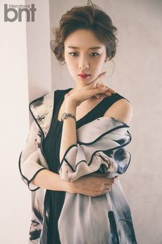 Actress Lee Chung Ah is gorgeous, pulling off a variety of looks for 'International bnt