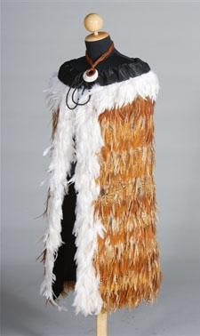Handmade New Zealand Maori Feathered Cloak (Korowai) Flax Weaving, Weaving Art, Ethnic Fashion, Love Fashion, Wilder People, Maori Patterns, Feather Cape, International Craft, Maori Designs