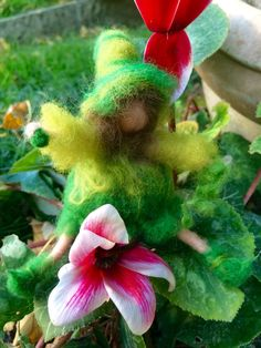 Piccola fatina o elfa in miniatura ,Ederina ! In stile waldorf! In lana fiaba e cardata.Su ordinazione.