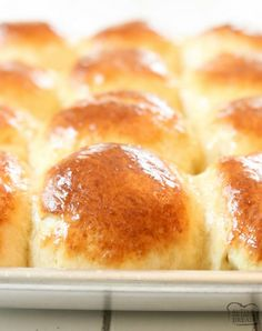Easy Dinner Roll recipe perfect for procrastinators! Done in just over an hour, these buttery soft dinner rolls are the perfect addition to dinner. Bread Maker Recipes, Waffle Recipes, Baking Recipes, Cake Recipes, Baking Ideas, Dinner Rolls Easy, Dinner Rolls Recipe, Custaroons Recipe, Roll Recipe