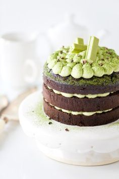 Chocolate Cake with Whipped Matcha Ganache - Yummy Workshop Matcha Kit Kat, Biscuits, Matcha Cake, Naked Cakes, Cocoa Nibs, Matcha Green Tea, Cake Toppings, Tea Recipes, Cake Recipes