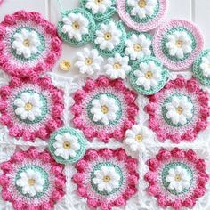 Daisy Wheel square - free pattern - crochet blanket and cushion