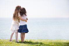 Sesión de fotos infantil, primos jugando en el campo. www.imatgesdevidre.com