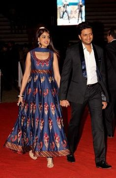 Isn't Genelia lookin cute in this long Anarkali Dress? And Ritesh is complementing her well in his black suit.