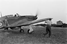 Aircraft pilot to help the British fighter 'Hurricane' (Hawker Hurricane) when taxiing on the airfield.
