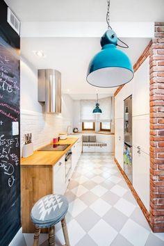 Kuchnię w stylu skandynawskim dekorują nie tylko turkusowe lampy czy czerwone cegły, ale także fragment ściany...