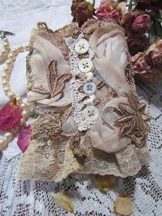 Vintage Lace Wrist Cuff van suziqu op Etsy