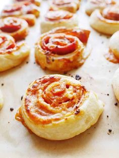 These simple pizza snails are delicious- Diese einfachen Pizza-Schnecken sind verdammt köstlich All you need is cheese, pepperoni sausage and tomato sauce. Put the ingredients on puff pastry, roll them up and you have the best pizza snails in the world.