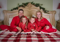 large family christmas portraits at night outside Winter Family Photos, Xmas Pictures, Family Christmas Pictures, Family Christmas Pajamas, Family Christmas Cards, Toddler Christmas, Christmas Photos, Xmas Pics, Christmas Minis