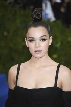 19 of the best hair and makeup looks from the 2017 Met Gala Makeup Looks 2017, Celebrity Makeup Looks, Pretty Makeup Looks, Celebrity Beauty, Red Carpet Makeup, Red Carpet Hair, Celebrity Hairstyles, Cool Hairstyles, Knot Bun