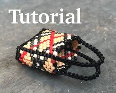 / Tutoriel pour sac styly / Peyote handbag Pattern for beginners / Beaded bag Beaded Purses, Beaded Bags, Beaded Bracelets, Barbie Patterns, Loom Patterns, Beaded Jewelry Patterns, Beading Patterns, Beaded Crafts, Barbie Accessories