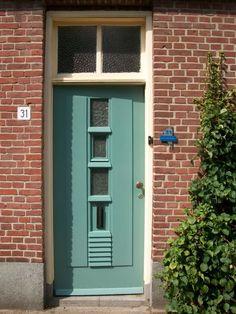 witte kozijen en gekleurde voordeur
