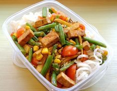 Recept do krabičky: Rýžové nudle s tofu | Žij zdravě Tofu, Cooking Recipes, Healthy Recipes, Food Inspiration, Cobb Salad, Green Beans, Food Porn, Food And Drink, Healthy Eating