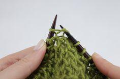 Cómo hacer un Punto Doble a Dos Agujas. Aprende a hacer un punto doble, también llamado punto bajo o punto hondo, a dos agujas. Blog Paca La Alpaca Knitting Stitches, Green, Blog, Charts, Patterns, Videos, Double Knitting, How To Make, Types Of Tissue