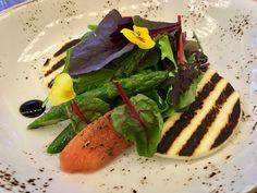 Ανοιξιάτικη σαλάτα με σπαράγγια και μανούρι ψητό - http://www.ert.gr/anixiatiki-salata-sparangia-ke-manouri-psito/