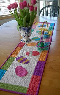 Ostern, Easter, Ideen und Basteltipps tischläufer ostern bunte ostereier How to Choose the Best Ligh Patchwork Table Runner, Table Runner And Placemats, Table Runner Pattern, Quilted Table Runners, Plus Forte Table Matelassés, Quilting Projects, Sewing Projects, Sewing Crafts, Quilted Table Toppers