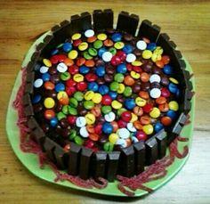 Tarta de chocolate cubierta con lacasitos y rodeada de kit kat