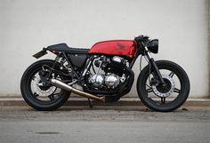 Impecable la Café-Racer sobre la base de una Honda CB 750 de 1977 del danésFrederik Christensen. Si quieres echarle un vistazo a sus e...
