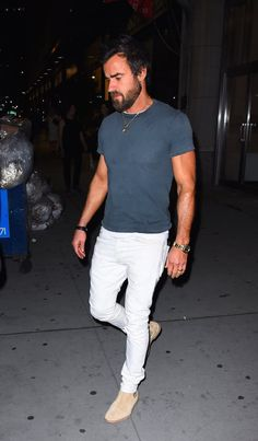 Pin for Later: Justin Theroux Gives You Yet Another Reason to Be Jealous of Jennifer Aniston While Flaunting His Biceps in NYC Justin Theroux, Mens Fashion Sweaters, Mens Fashion Suits, Jennifer Aniston, Style Casual, Men Casual, Style Costume Homme, Moda Formal, Best Dressed Man