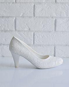Свадебные туфли: H13-S62 - http://vbelom.ru/catalog/svadebnye-tufli-h13-s62/ Чудесные свадебные туфли на низком каблуке.  Модель выдержана в традициях свадебной обуви: белого цвета, с «цветочным» тиснением. Низкий каблук и закругленный мыс создадут комфорт при ходьбе и позволят насл