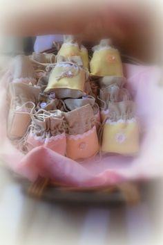 Δημιουργίες από Αστερόσκονη: η μπομπονιερα για τις γυναικες- πουγκι πρωτων βοηθειων με κεραλοιφη και σπαθολαδο