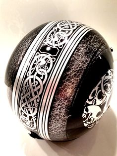 Design by BrushMonkey Jethelm mit Schlagmetall und Airbrush Motorcycle Helmet Design, Biker Helmets, Biker Gear, Indian Scout Bike, Airbrush Skull, Skull Helmet, Pinstripe Art, Vintage Helmet, Custom Helmets