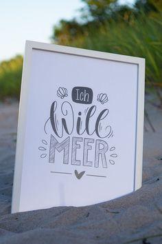 """Mein """"Ich will Meer"""" Handlettering an den richtigen Ort gebracht: An den Strand! Ich liebe es, Schriftzüge dort zu fotografieren, wo sie inhaltlich anknüpfen. :) In einem Bilderrahmen mit Glasscheibe entsteht außerdem eine super hochwertige Reflektion auf dem Lettering."""