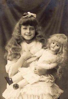 Carte postale 1900 : Petite fille et la poupée