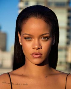 "Rihanna celebrated the launch of her Fenty beauty line in NYC. Rihanna announced that she would be releasing a beauty line called ""Fenty Beauty"" and it's Rihanna Fenty Beauty, Rihanna Makeup, Rihanna Riri, Rihanna Style, Rhianna Fashion, Rihanna Vogue, Estilo Rihanna, Black Women, Hair And Beauty"