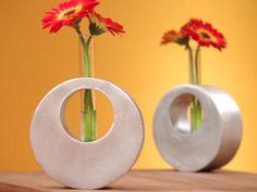 Floreros redondos | Sara de los Cobos Concrete Jewelry, Concrete Crafts, Concrete Projects, Wood Crafts, Diy And Crafts, Concrete Furniture, Cardboard Furniture, Cardboard Crafts, Cement Art