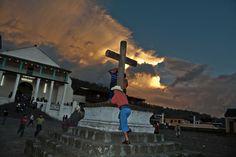 Cruz Atrial frentre a la Iglesia de Santiago Atitlán