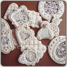 Verna Chen HT: Cookie Art!!! Open work lace on a cookie. Teddy bear decorated cookie is adorable. ☺ Lace Cookies, Fun Cookies, Sugar Cookies, Cookies Et Biscuits, Decorated Cookies, Cookie Icing, Royal Icing Cookies, Ice Cake, How To Make Drinks