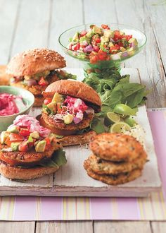 Quinoa-burgers Quinoa Burgers, Salmon Burgers, Tzatziki, Chicken Thighs, Beets, Holiday Recipes, Foodies, Cooking Recipes, Yummy Food