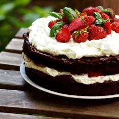 Hutný čokoládový korpus připomínající brownies, krém z nutelly a hromada šlehačky a jahod. Pro mě osobně nejlepší dort letošní jahod...