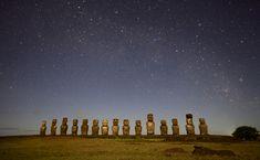 Les moais du Tongariki de nuit sous les etoiles sur l'ile de Paques Rapa Nui
