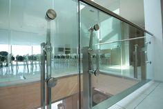 Balaustra vetro con montanti, inserti puntuali e corrimano in acciaio inox
