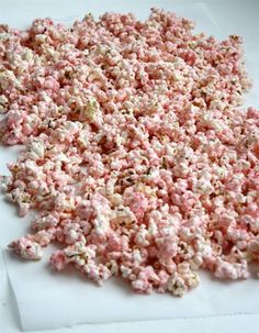 How to make white chocolate peppermint popcorn! An easy and inexpensive snack recipe that you can include in a Christmas cookie exchange or for a homemade gift idea