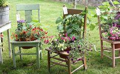 Quoi faire de nos vieilles chaises et comment les recycler ? Découvrez quelques idées de recyclage pour trouver un nouvel usage à vos vieilles chaises et leurs donner une nouvelle utilité.. Avec de vieilles chaises on peut faire une jolie banquette pour le jardin. Source : Pinterest recyclage