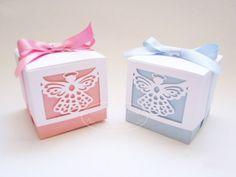 Lembrancinha para batizado: caixinhas com anjinho.  Veja mais em: http://mamaepratica.com.br/2016/03/25/16-ideias-fofas-de-lembrancinhas-de-batizado
