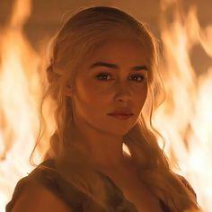Arte Game Of Thrones, Game Of Thrones Poster, Emilia Clarke Daenerys Targaryen, Game Of Throne Daenerys, Winter Is Here, Winter Is Coming, Daenarys Targaryen, Game Of Thones, Mother Of Dragons